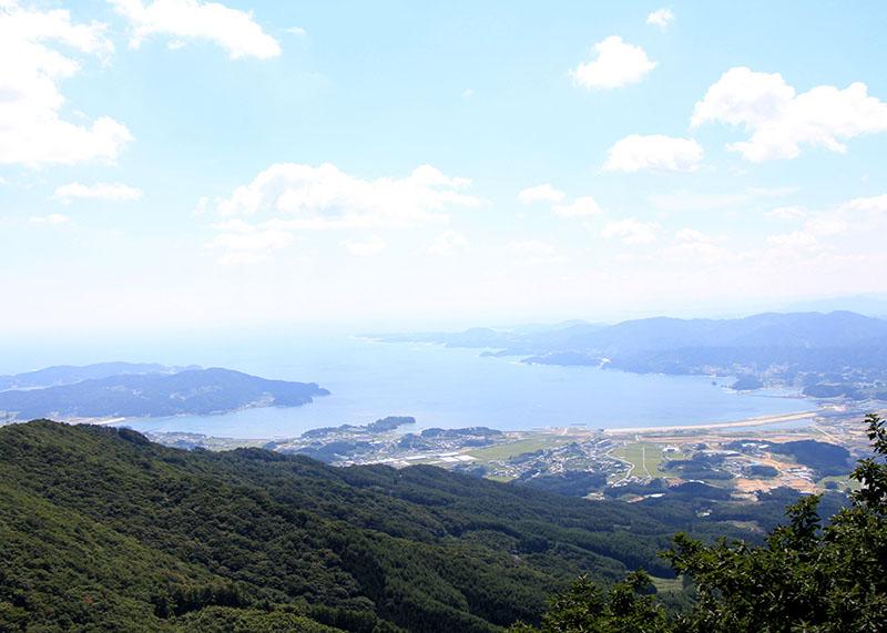 ビュースポットとされる岩の上から撮影した広田湾