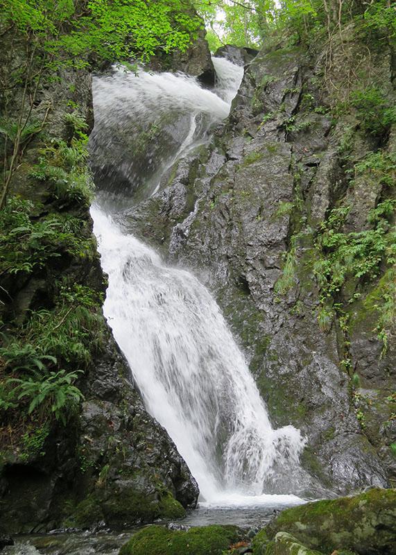 【鶏頭山】「白い虹」に例えられる「七折の滝」。宮沢賢治作品「台川」の描写「水の跳ね返る処」をほうふつとさせます(2018年9月15日撮影)