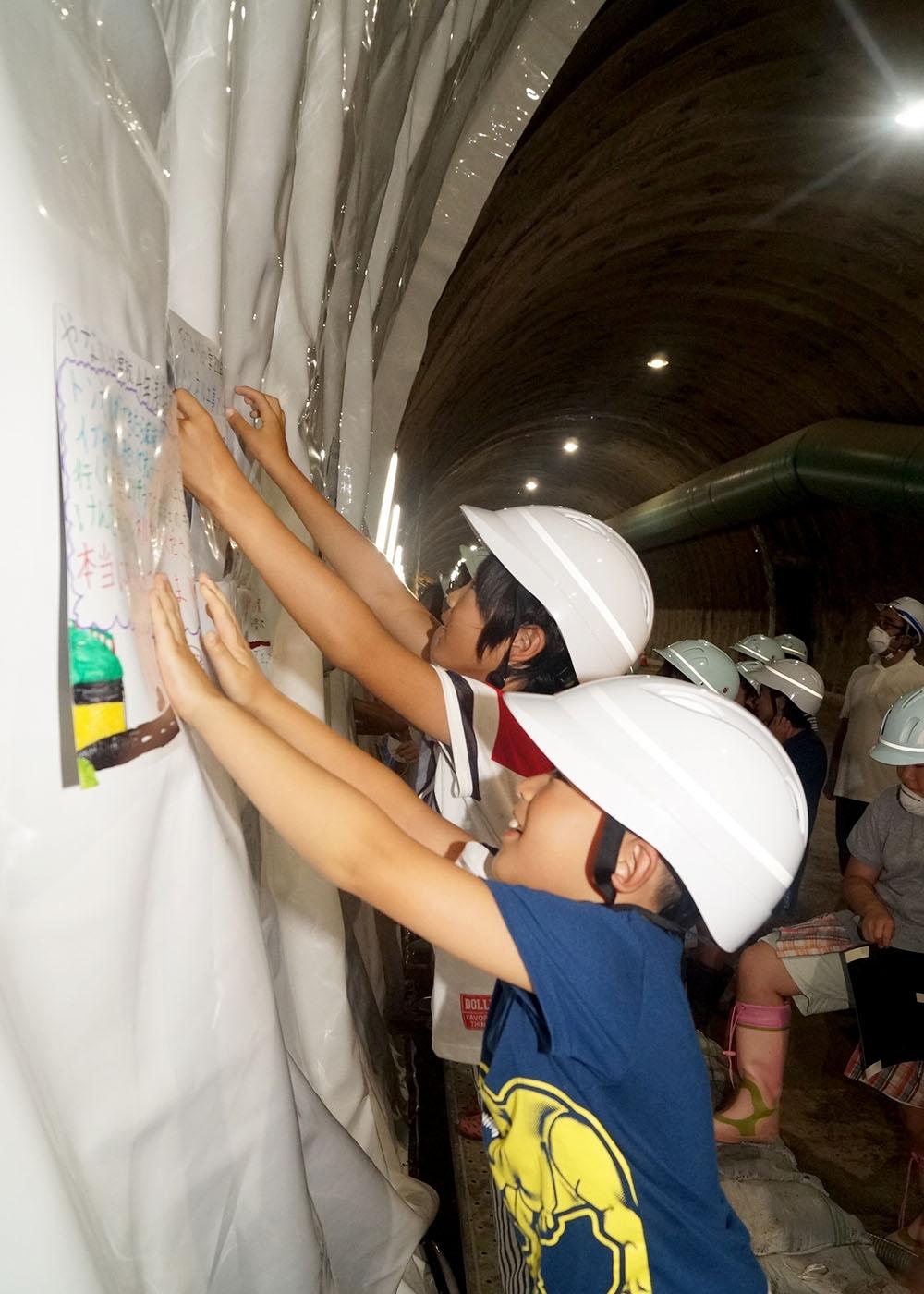 坑内に響く感嘆の声 国道107号梁川トンネル 地元児童が見学【岩手 ...