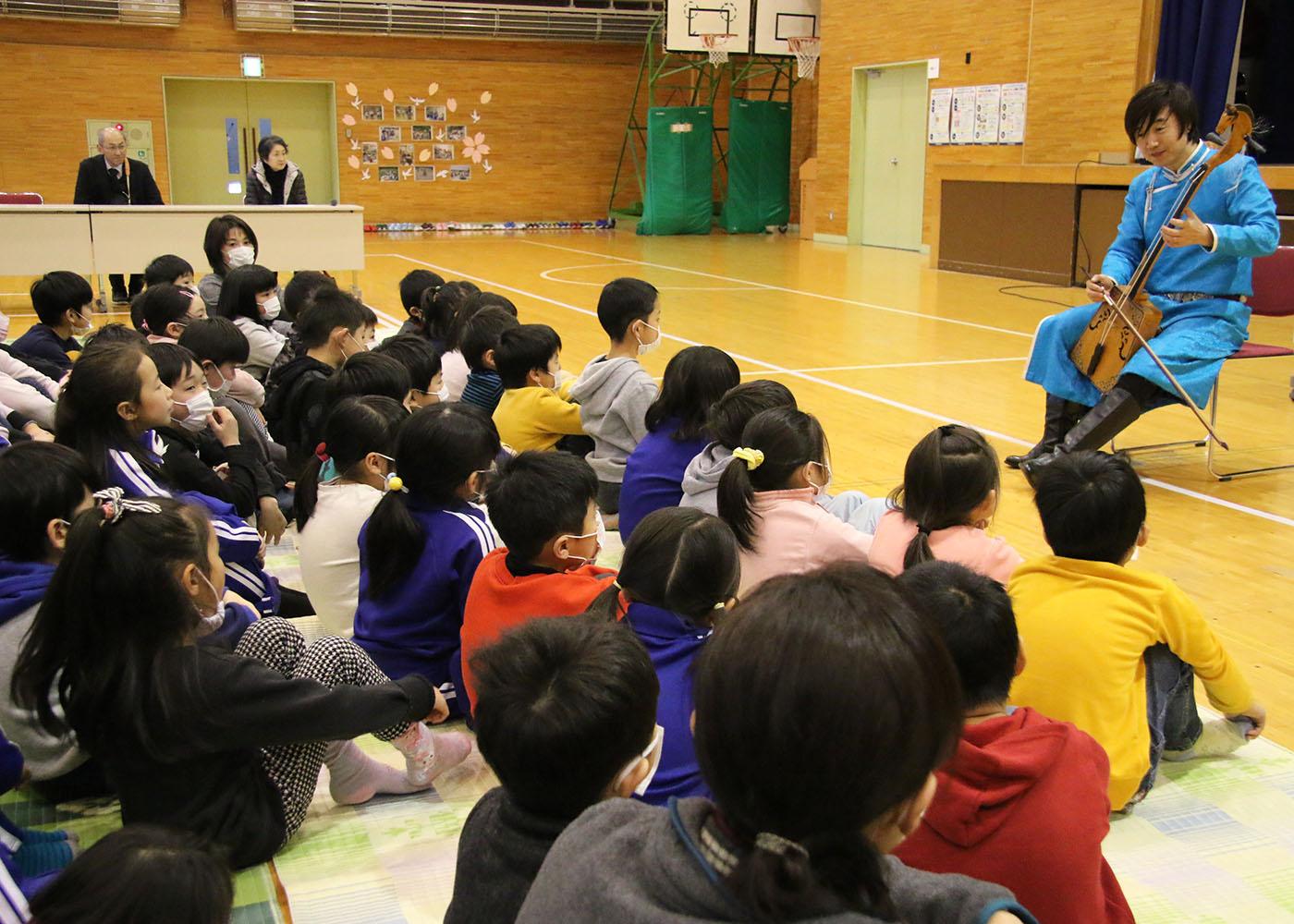 3f4d707b5b 平泉町立平泉小学校で15日、日本で活躍する中国・内モンゴル自治区出身の馬頭琴奏者セーンジャー(賽音吉雅)さんの演奏会が開かれた。モンゴルを代表する民族  ...
