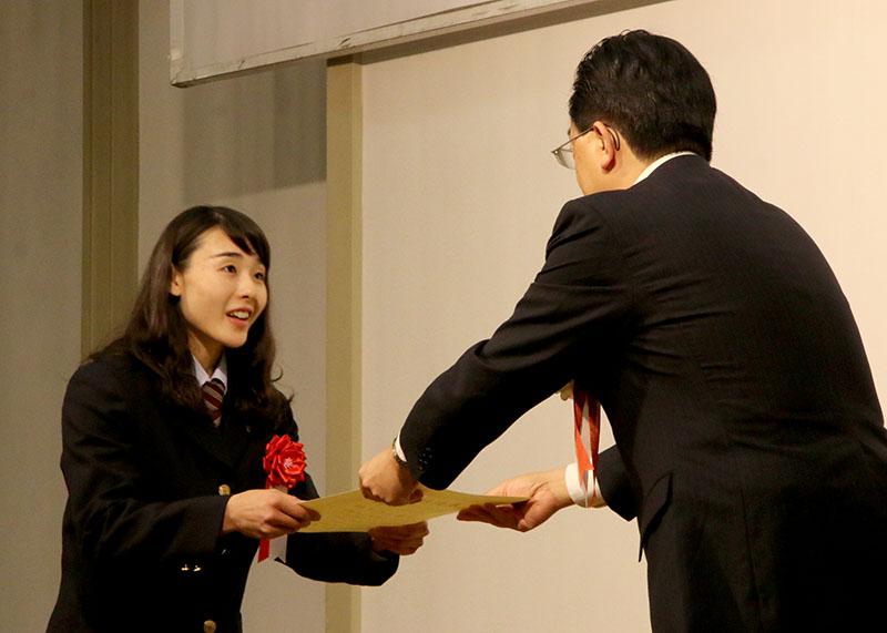 達増知事(右)から表彰状を受け取る伊藤ふたば選手