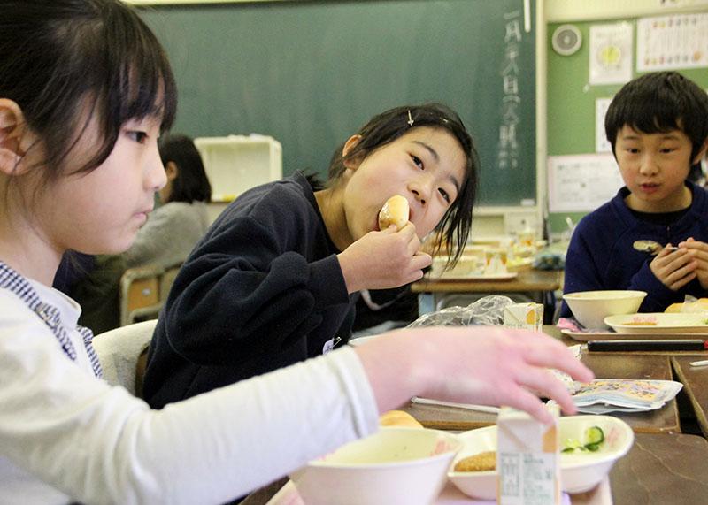 地元産野菜おいしい 黒東小児童 給食で生産者と交流【北上】 Iwanichi ...
