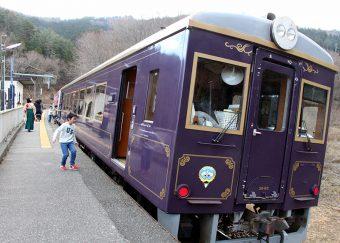 三陸鉄道南リアス線の紫紺色のレトロ列車。カーブの途中に位置する恋し浜駅では車体が傾いたまま停車します「洋風こたつ列車」